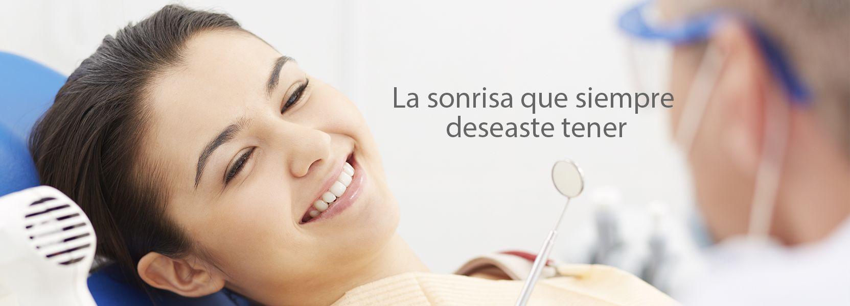 Una chica recibiendo un tratamiento de estética dental de Diparr