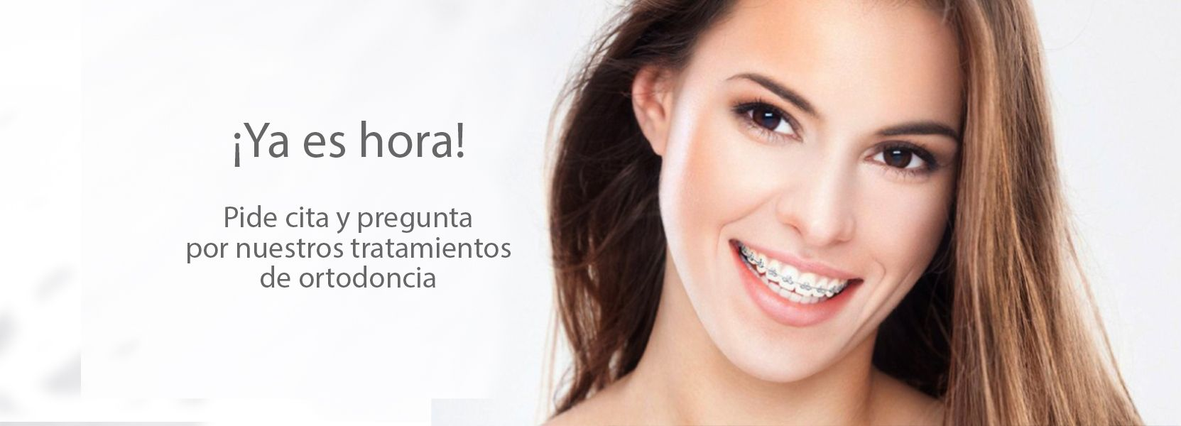 Una hermosa chica luciendo una ortodoncia de Diparr