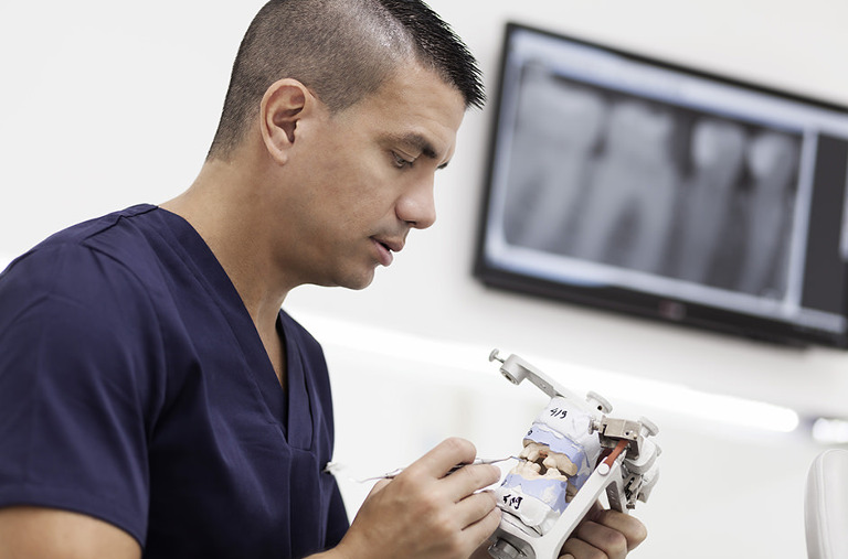 El doctor Rafael Parra de Diparr trabajando con una dentadura artificial