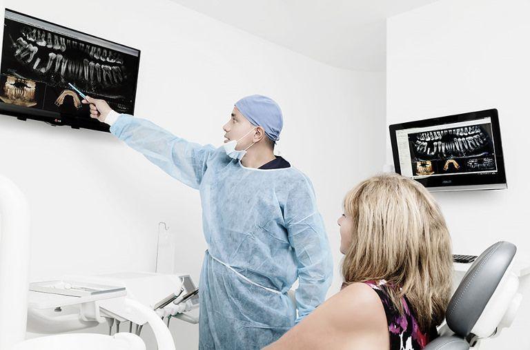 El doctor Rafael de Diparr en la clínica del sur de Tenerife realizando una explicación a una señora